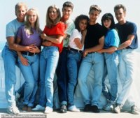 10417536-6757723-Perry_far_right_with_the_cast_of_Beverly_Hills_90210_which_will_-a-17_1551405...jpg